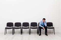 Desperacki biznesmen lub pracownik siedzi samotnie Zdjęcia Royalty Free