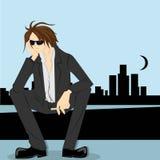 Desperacki brown włosiany mężczyzna siedzi puszek z miastowym tłem Obraz Royalty Free