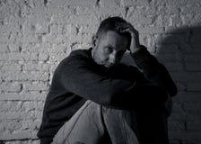 Desperacki osamotniony caucasian mężczyzny cierpienie od depresji siedzi samotnie na podłodze w domu obrazy stock