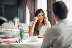 Desperacki płacz kobiety bój i argumentowanie Przesłuchanie zła wiadomość, negatywna wydarzenie reakcja Emocjonalna twarz, rozcza zdjęcia royalty free