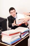 Desperacki pracownik otrzymywa zbyt wiele kartoteki. Zdjęcia Stock