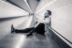 Desperacki smutny młody biznesmen cierpi emocjonalnego bólu żal i głęboką depresję siedzi samotnie w tunelowym metrze w stresu ży obraz stock