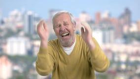 Desperacki starsza osoba mężczyzna, zamazany tło zdjęcie wideo