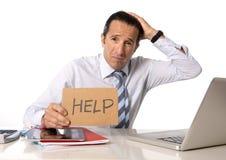 Desperacki starszy biznesmen w kryzysie pracuje na komputerze przy biurem w stresie Zdjęcie Royalty Free