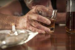 Desperat ensam alkoholiserad man Arkivbild