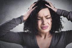 Desperat flicka som är frustrerade innehavhänder på hennes huvud Arkivfoton