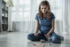 Desperat flicka som talar skadliga preventivpillerar fotografering för bildbyråer