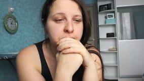 Desperat hemmastatt för kvinna Offer av missbrukvåld Caucasian flicka med lång brun hårgråt i hennes rum med blått och vit fett lager videofilmer