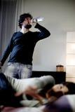Desperat kvinna, medan maken får drucken Royaltyfri Fotografi