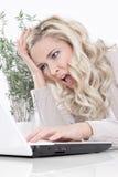Desperat kvinna på bärbara datorn Arkivfoton