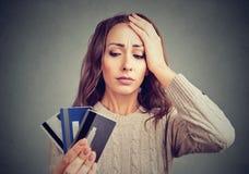 Desperat kvinna som har lånkreditkortproblem Royaltyfri Foto