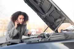 Desperat kvinna som kallar den nöd- hjälpsmartphonen Royaltyfria Foton