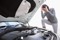 Desperat kvinna som kallar för hjälp, når avbrott ner Fotografering för Bildbyråer