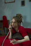 Desperat kvinna som kallar till vännen Royaltyfri Foto