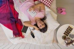 Desperat kvinna som ligger i säng Royaltyfri Foto