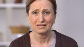 Desperat kvinna som räknar mynt och gråta, helplessness och armod, osäkerhet arkivfilmer