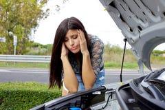 Desperat kvinna som ser den broken motorn Royaltyfria Foton