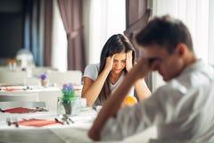 Desperat kvinnagråt Emotionella problem Förhållandefrågor Bryta upp, skilsmässa och att ha elak konversation bikt royaltyfri foto