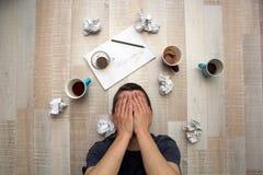 Desperat man i sökande av inspiration Royaltyfri Foto