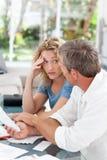 Desperat par som beräknar deras hemhjälpbills Arkivbild