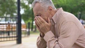 Desperat pensionärgråt som är deprimerad vid ledsna minnen, lidandeförlust, problem stock video
