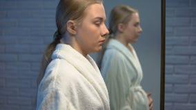 Desperat ung f?rv?ntansfull gr?t som ser i spegel, tidig oavsiktlig havandeskap arkivfilmer
