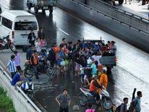 desperat vänta för folkförflyttning Fotografering för Bildbyråer