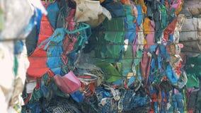 Desperdício colorido empilhado em uma descarga, fim do plástico acima vídeos de arquivo