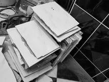 Desperdício da construção e telha de assoalho velha imagens de stock royalty free