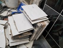 Desperdício da construção e telha de assoalho velha fotos de stock