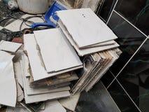 Desperdício da construção e telha de assoalho velha foto de stock