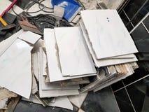 Desperdício da construção e telha de assoalho velha foto de stock royalty free