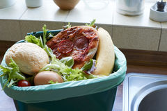 Desperdício de alimentos frescos no escaninho de reciclagem em casa foto de stock