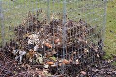 Desperdício do jardim no adubo do jardim foto de stock