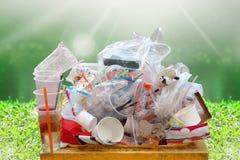 Desperdício do lixo, da descarga, do plástico, pilha da garrafa do desperdício do plástico do lixo e bandeja da espuma do saco mu imagem de stock