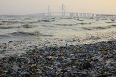 Desperdício do plástico em torno da ponte de Suramadu imagem de stock