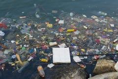 Desperdício do plástico no rio imagens de stock