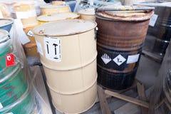 Desperdício do produto químico despejado em tambores oxidados fotos de stock royalty free