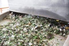 Desperdício do vidro em reciclar a facilidade Partículas de vidro em uma máquina foto de stock royalty free
