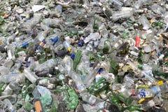 Desperdício do vidro em reciclar a facilidade Pilha das garrafas foto de stock