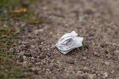 Desperdício na terra na natureza, poluição ambiental imagem de stock