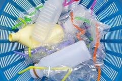 Desperdício plástico, garrafas plásticas com palhas imagem de stock royalty free