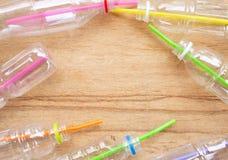 Desperdício plástico, garrafas plásticas com palhas imagens de stock