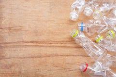 Desperdício plástico, garrafas plásticas em de madeira foto de stock