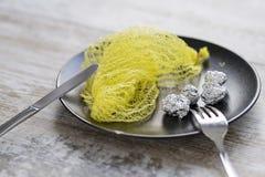 Desperdício plástico: o alimento de mar seguinte fotografia de stock royalty free