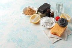 Desperdício zero, ferramentas de limpeza domésticas compostable Escova do prato do metal, esponja de celulose, panos, sabão, limã fotografia de stock royalty free