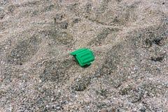 Desperdícios na praia Problema ecológico Mar sujo Sandy Seashore fotos de stock royalty free