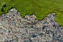Desperdice o lixo da pilha do agregado familiar da descarga de lixo, fundo aéreo da vista superior Esforço ambiental do conceito  fotografia de stock