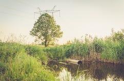 Desperdice o volume de água da tubulação de água no lago/conceito da ecologia: o esgoto derrama desperdiça para fora ao lago fotos de stock royalty free