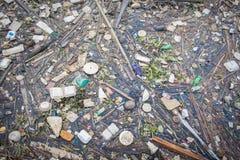 Desperdicios en el río Chao Phraya Imágenes de archivo libres de regalías